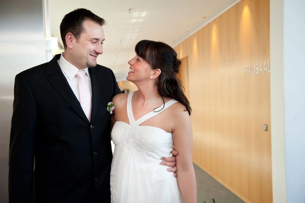 Brautpaar vor dem Trausaal im Standesamt Ruppertstraße